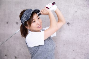 ゴルフ初心者女子は練習器具を使いこなして素振りを極めよう